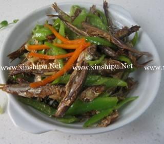 青椒熏香小鱼干的做法